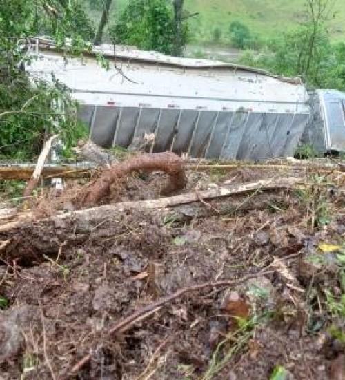 Caminhão sai da pista e cai em ribanceira no interior de Guaraciaba