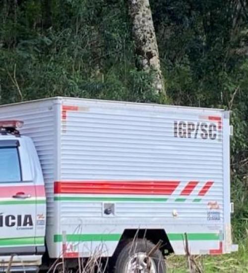 Homem morre prensado entre carro e trator no interior de Mondaí