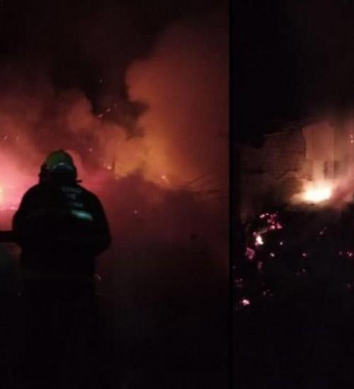 Incêndio atinge galpão que é parcialmente destruído pelas chamas durante a madrugada
