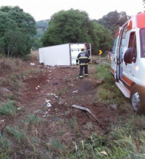 Motorista fica ferido após caminhão sair da pista e tombar na BR-282