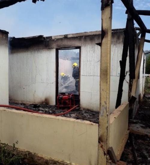 Residência destruída por incêndio no interior de Itapiranga