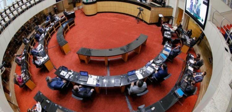 Deputados aprovam retomada das aulas presenciais em SC.