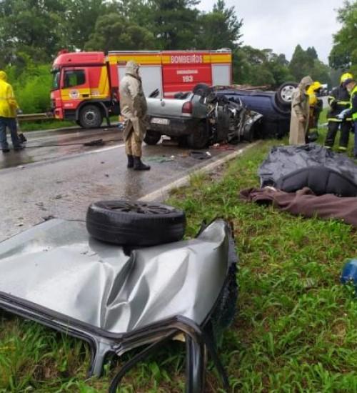 Grave acidente deixa seis pessoas mortas em Santa Catarina.