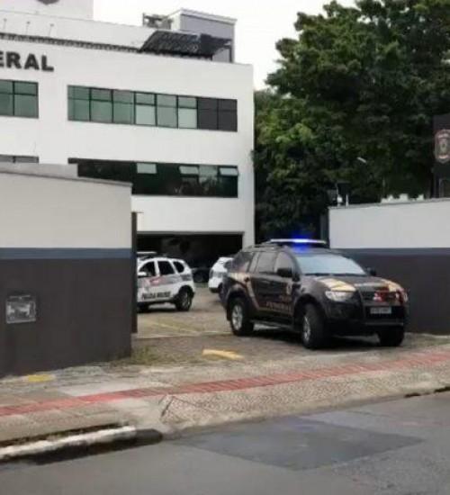 Operação da PF investiga policiais militares por obstrução da justiça.