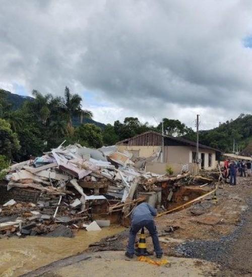 Sobe para 12 o número de mortos por enxurrada no Alto Vale do Itajaí.