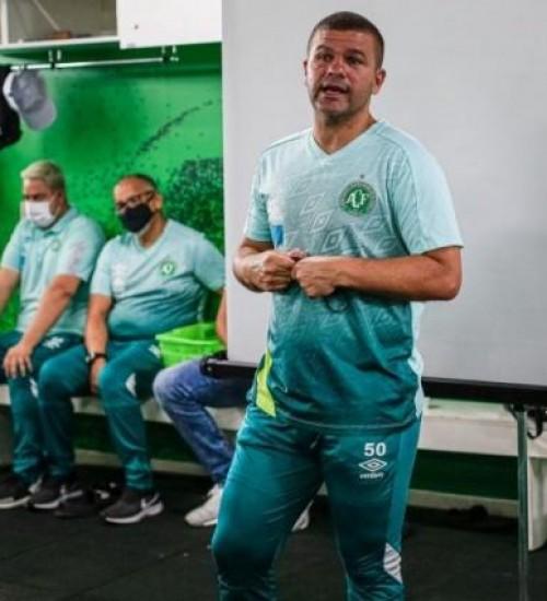 Após divergência com diretoria, técnico da Chapecoense ameaça deixar o cargo.