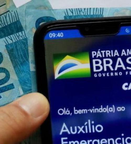 Bolsonaro afirma que auxílio deve voltar em março, com parcelas de R$ 250.