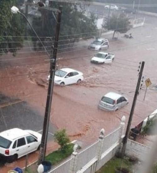 Chuva forte causa alagamentos em ruas e comércio de Maravilha.