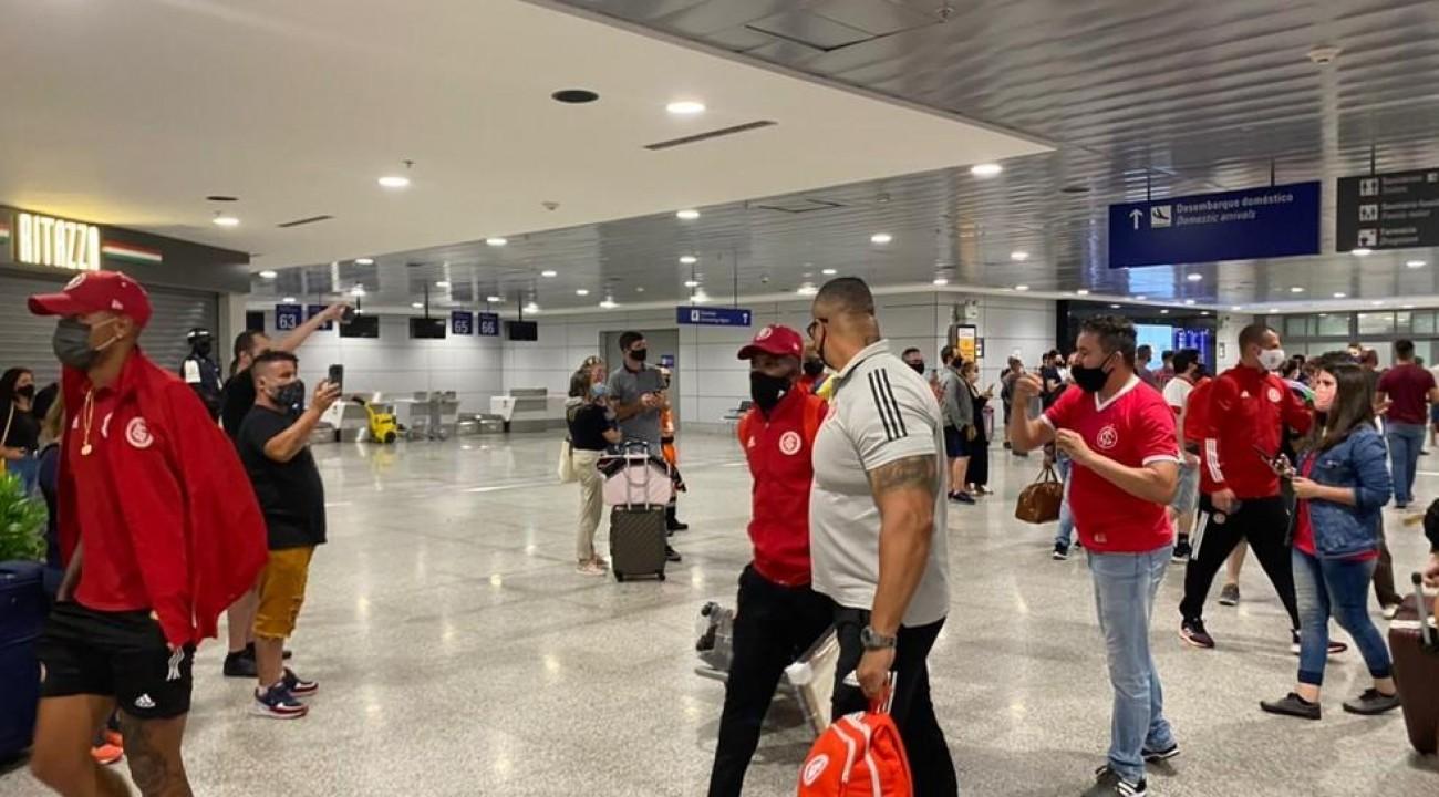 Inter desembarca em Porto Alegre com apoio da torcida a Rodinei após derrota para o Flamengo