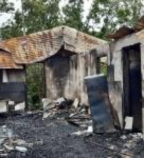 Residência é destruída por incêndio em São Miguel do Oeste.