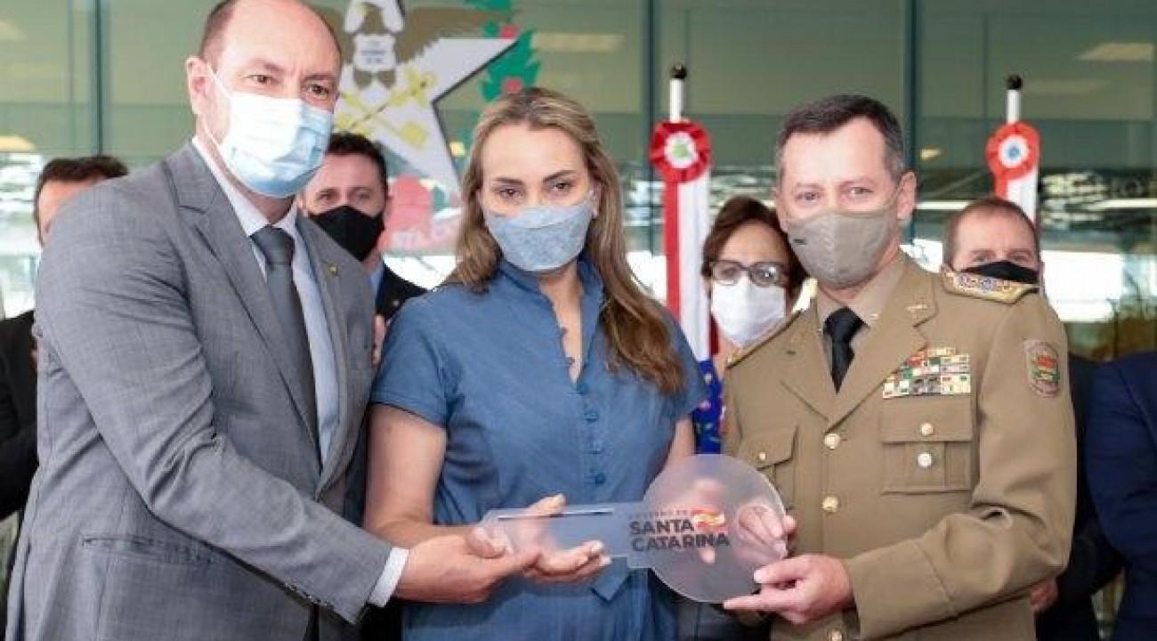 Governadora e deputados estaduais participam da entrega de viaturas e equipamentos à Polícia Militar.