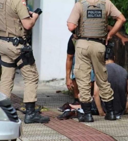 Homens são detidos após agredirem e roubarem dinheiro do próprio irmão.