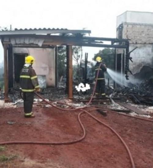 Uma pessoa morre carbonizada após incêndio em residência em Descanso.
