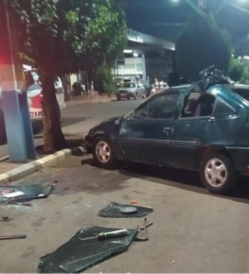 Veículo de SMO capota após acidente no centro de Santa Helena.