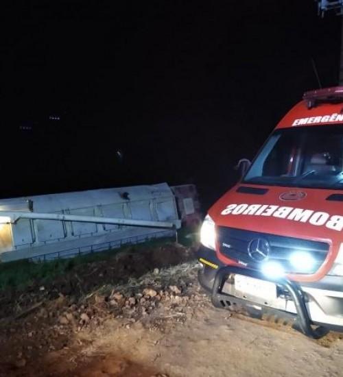 Caminhão de SMOeste tomba no interior de São João do Oeste.