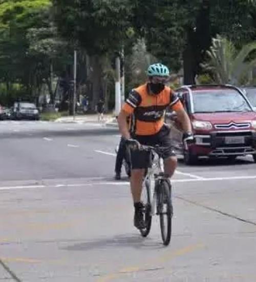 Deixar de reduzir a velocidade de forma compatível com a segurança ao ultrapassar ciclista é infração gravíssima.