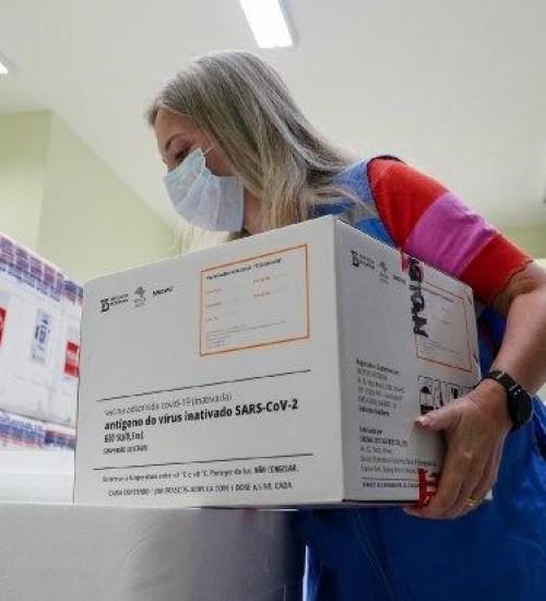 Saiba quanto tempo SC vai levar para vacinar 100% da população contra a Covid-19.