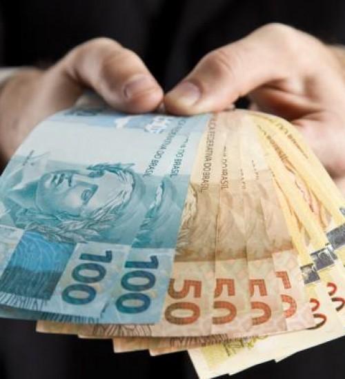 Bolsonaro assina decreto que antecipa pagamento de 13º a aposentados.