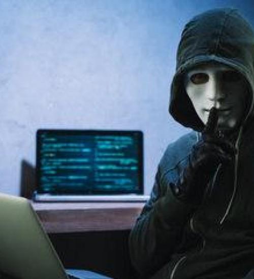 Bolsonaro sanciona lei que torna mais graves crimes pela internet.