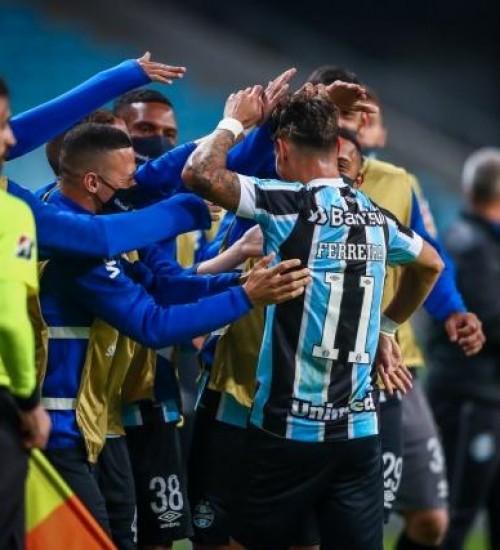 Com dois de Ferreira, Grêmio vence Lanús e fica perto da classificação na Sul-Americana.