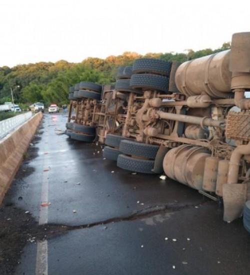Ponte é danificada após queda de caminhão no Oeste de SC.