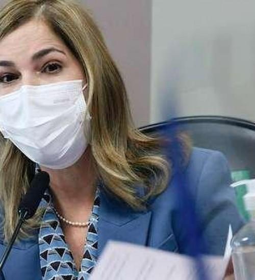 Secretária do Ministério da Saúde defende tratamento precoce e critica escolas fechadas.