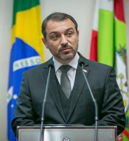 Tribunal misto rejeita impeachment e Carlos Moisés volta ao governo de SC.