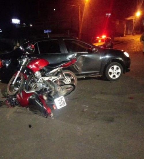 Colisão envolve automóvel, duas motocicletas e causa um ferido em SMOeste.