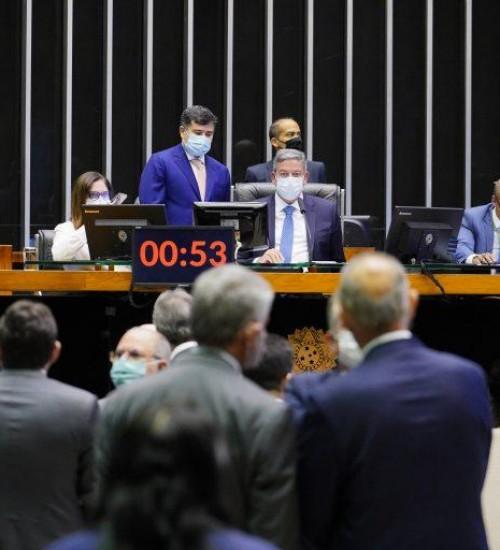 Deputados aprovam projeto que enfraquece Lei de Improbidade Administrativa.