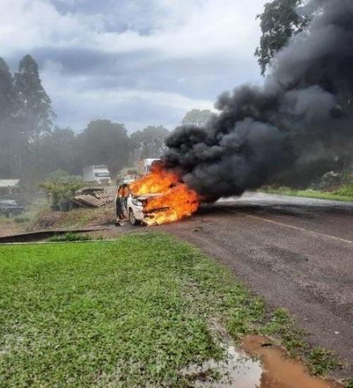 Incêndio atinge dois veículos na SC 163 em Itapiranga.