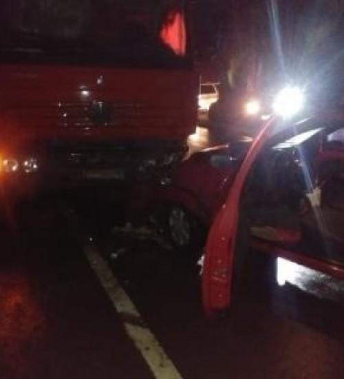 Mulher ferida em colisão frontal entre carro e caminhão na SC 496.