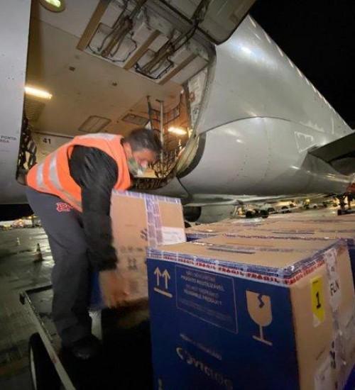 Novo lote com 80 mil doses da Pfizer chega em Santa Catarina.