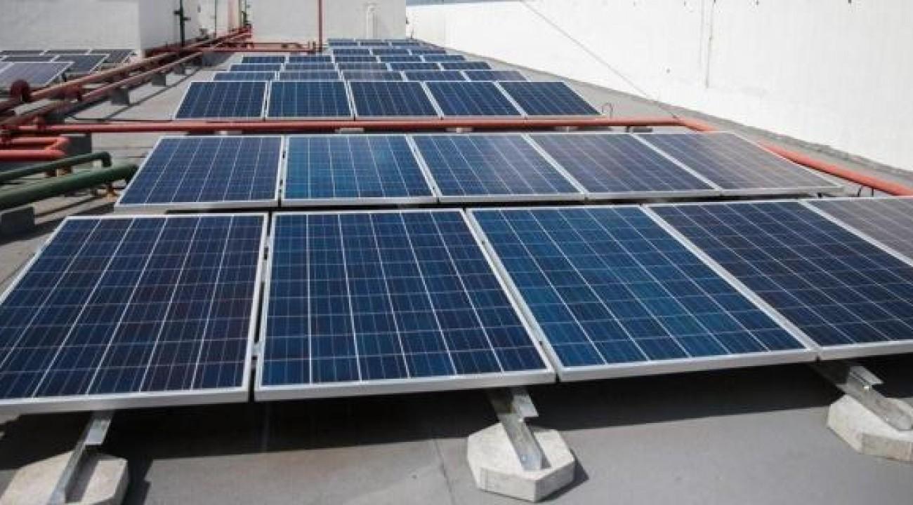 Adesão à energia solar cresce 44% no Brasil, impulsionada por alta na conta de luz.