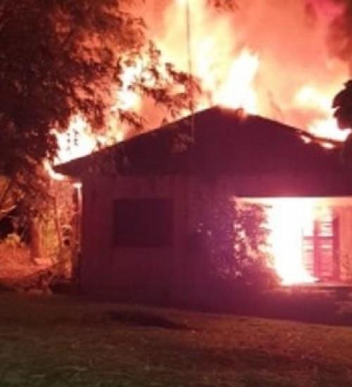 Casa é destruída por incêndio em Tunápolis.