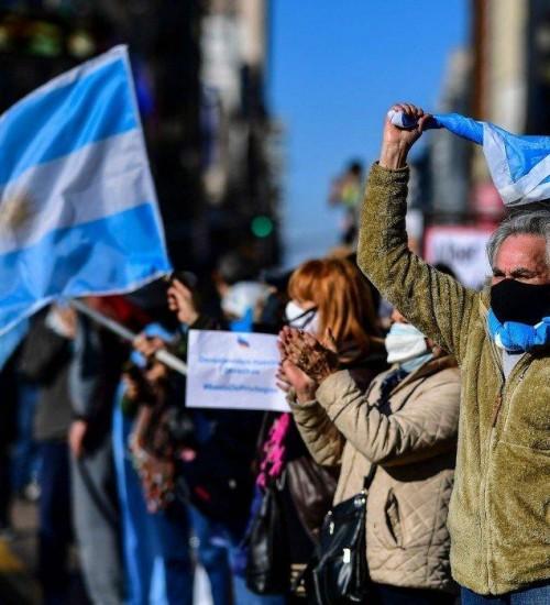 Fugindo da crise econômica, argentinos buscam reorganizar a vida no Brasil.