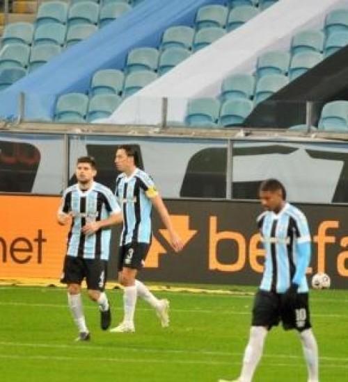 Grêmio perde de virada para a LDU e está eliminado da Sul-Americana.