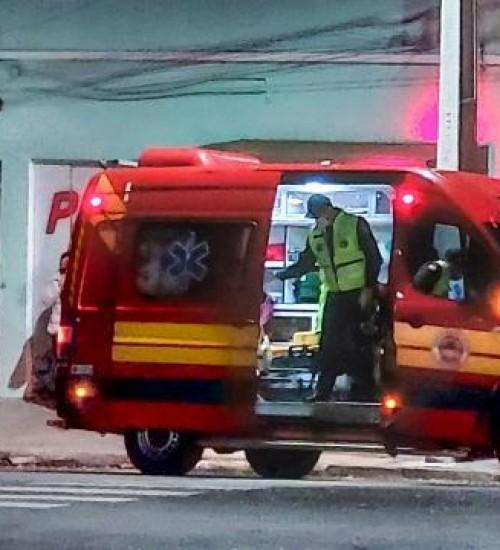 Jovem é atingido por golpes de faca no centro de SMOeste.