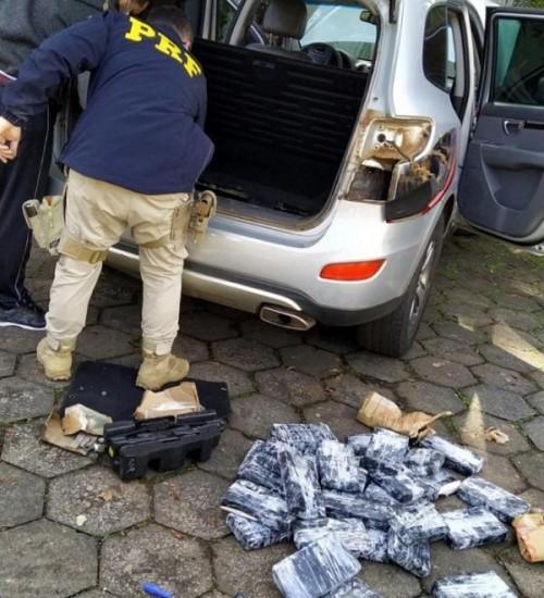 Mais de R$ 3 milhões em cocaína são encontrados escondidos em lataria de veículo.