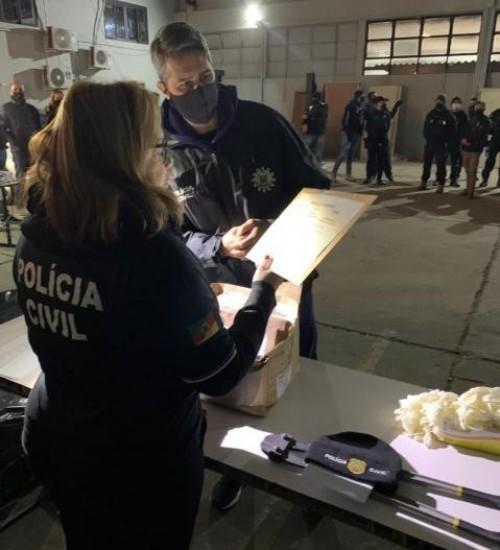 Megaoperação prende morador de SC em esquema milionário de tráfico de drogas e armas.