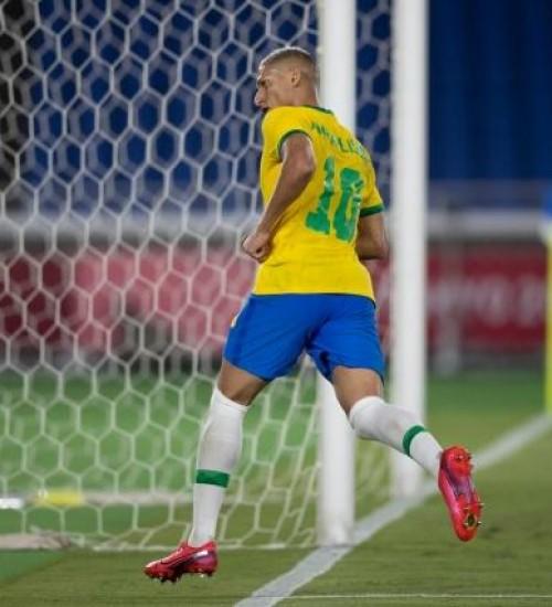 Richarlison aplica hat-trick e Brasil vence Alemanha na estreia da Olimpíada.