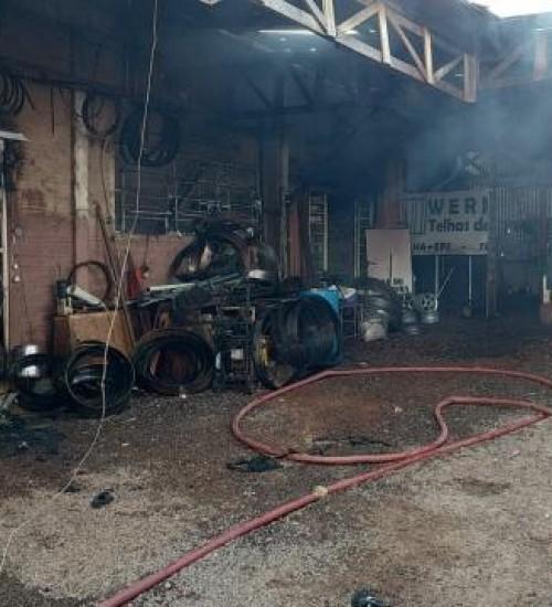 Incêndio atinge madeireira e destrói bar e oficina mecânica em SMOeste.