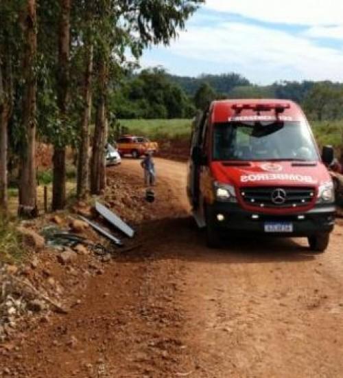 Motorista fica ferido após capotamento de veículo no interior de Belmonte