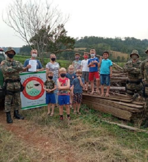 Polícia Militar Ambiental doa madeira apreendida para escola da região.