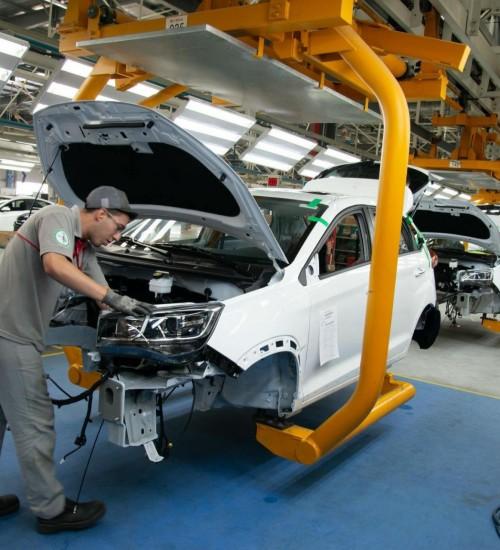 Produção industrial cresce 12,9% no primeiro semestre de 2021, diz IBGE.