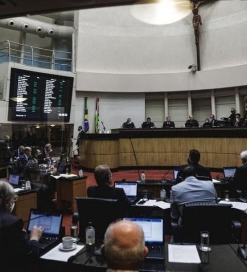 Reforma da Previdência de SC é aprovada após tumulto com servidores na Alesc.