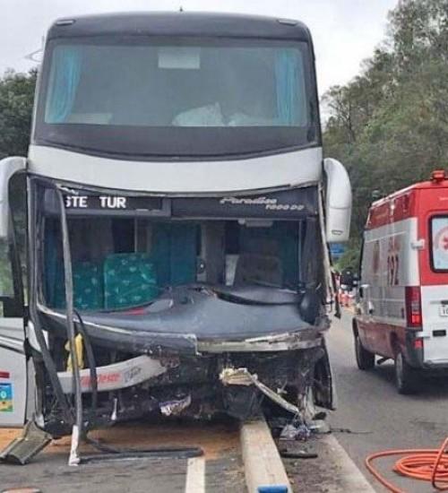 Acidente envolvendo ônibus de SMOeste deixa um morto e outro gravemente ferido.
