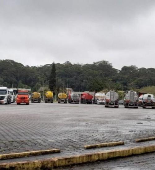 Caminhoneiros bloqueiam distribuidora de combustíveis em SC; saiba como fica abastecimento.
