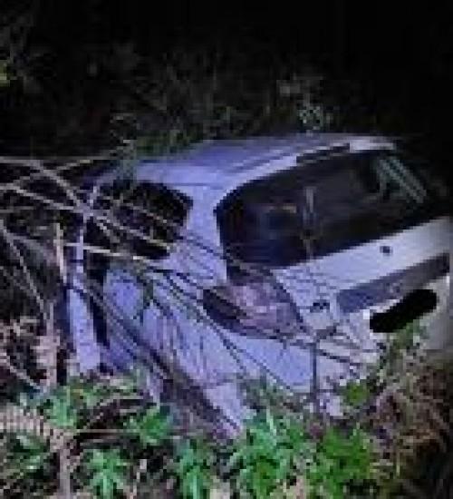 Veículo de SMOeste sai de pista e condutora fica ferida na SC-496 entre Belmonte e Santa Helena.