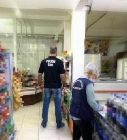 Após flagrante de alimentos vencidos e com fungos, mercados de SC negam irregularidades.