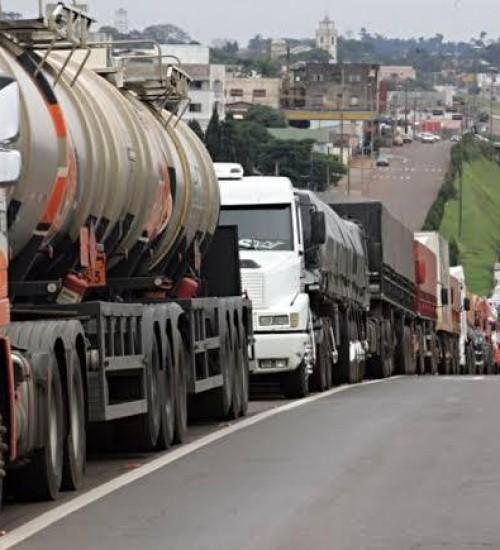 Governo federal pretende lançar bolsa-auxílio para caminhoneiros.